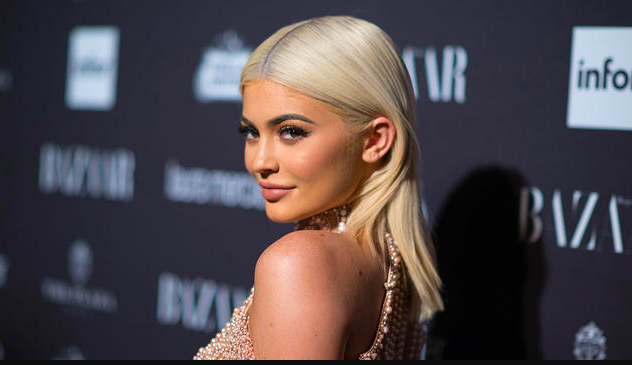 kylie jenner praised for not covering scar